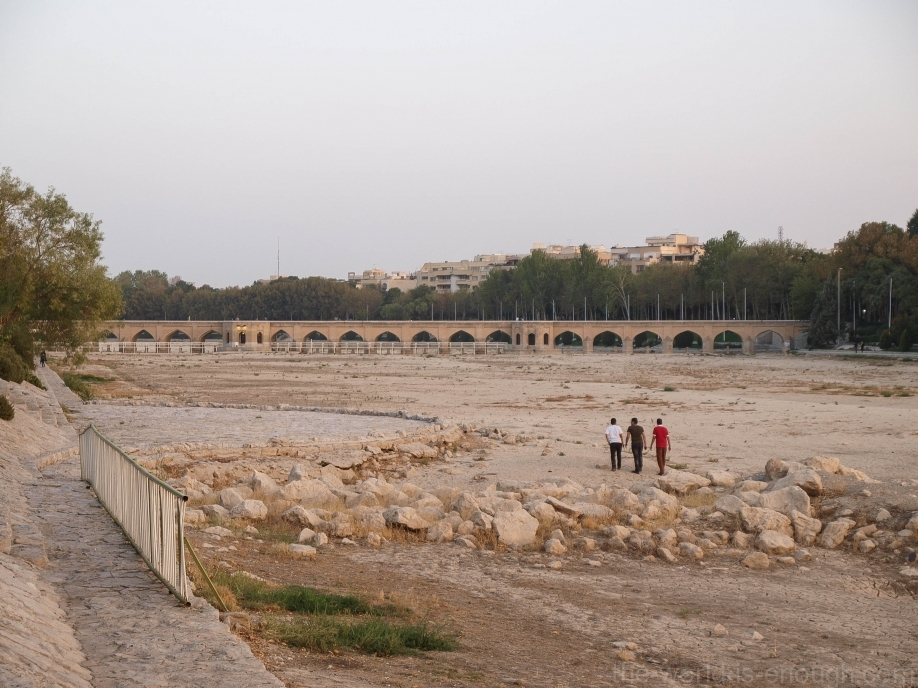 Вид на мост Джуи и сухое русло Заянде