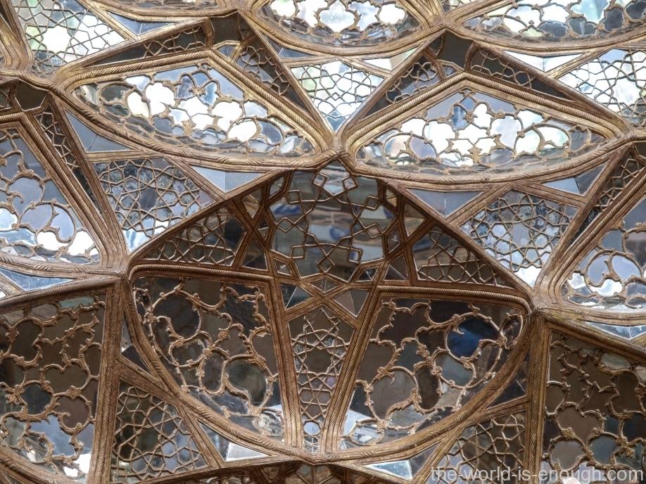 Зеркальный потолок дворца Чехель Сотун, Исфахан, Иран