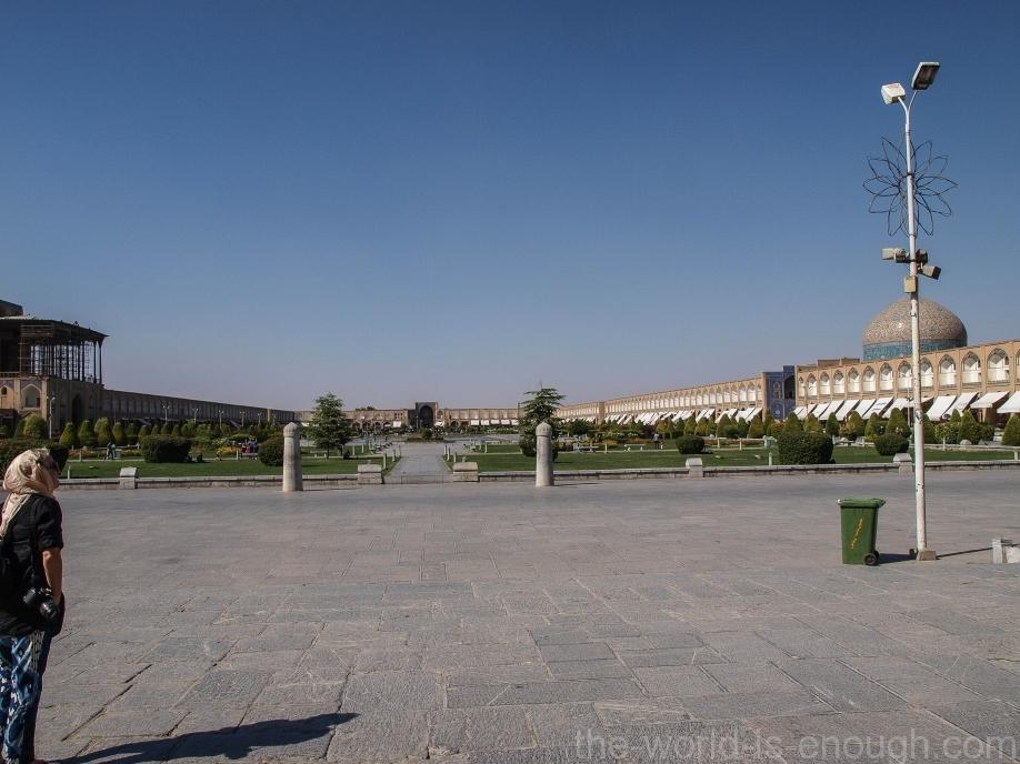 Площадь Имама, Исфахан, Вид на базар Гейсарие от мечети Имама. Столбики по центру - ворота для игры в поло