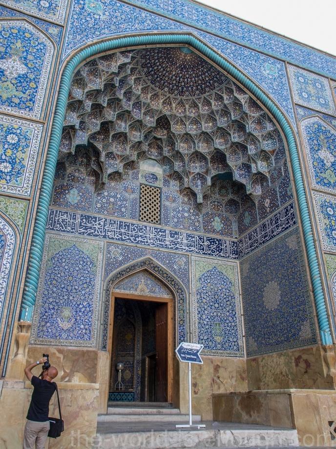 Вход в мечеть Шейха Лотфоллы и указатель на кассу