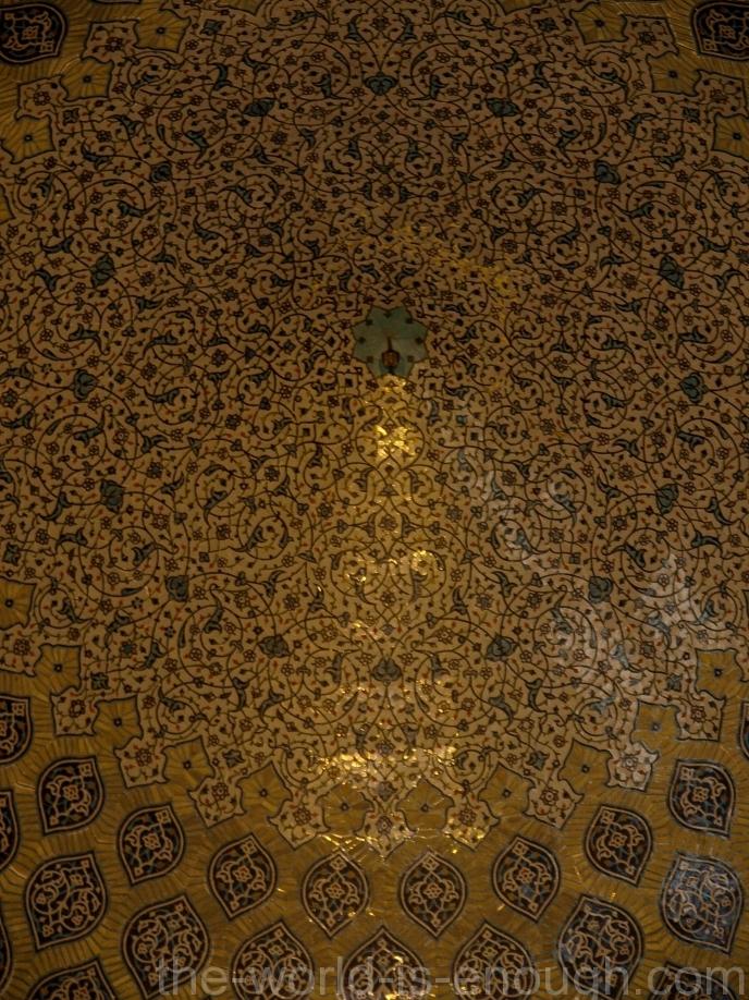 в центре росписи купола мечети Шейха Лотфоллы тоже можно увидеть павлина