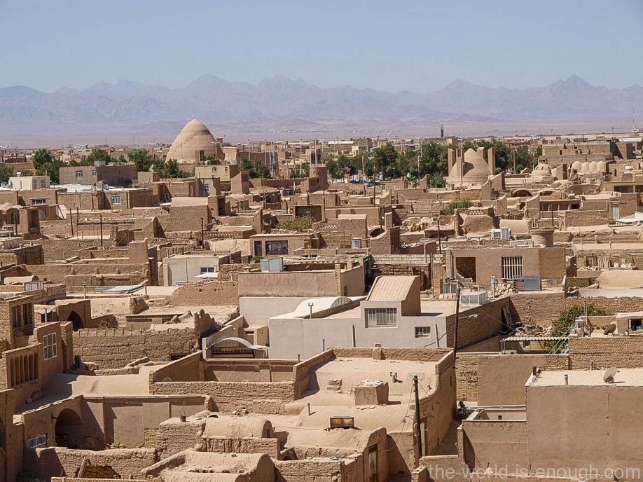 Слева виден высокий купол яхчала, а справа от него - купол аб анбара с ветряными башнями. Левее аб анбара - караван-сарай.