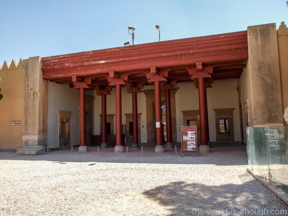 Персеполь. Восстановленный портик части здания гарема.