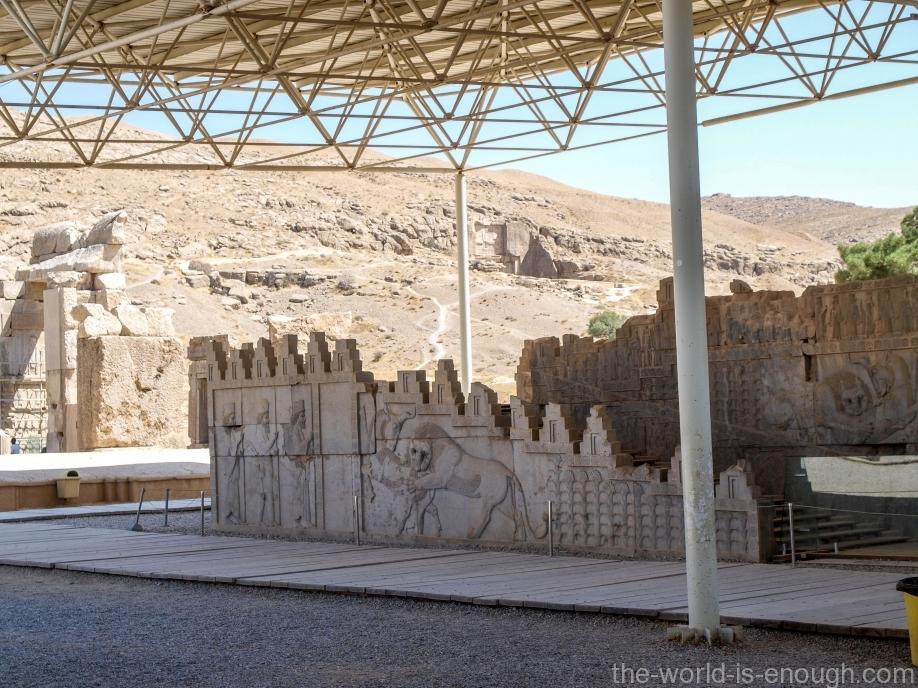 Персеполь, Фасад левой лестницы северного входа в Трипилон
