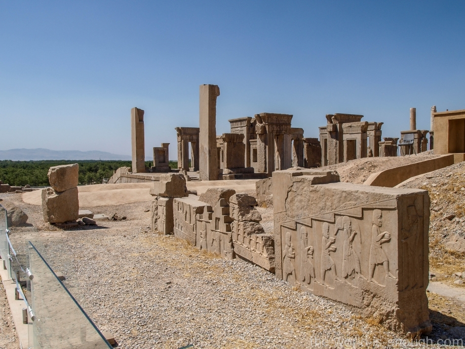 Персеполь, Дворец Ксеркса (Хадиш) с видом на Дворец Дария (Тачару)