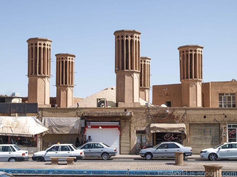 Восьмигранные бадгиры водного резервуара на площади Амир Чакмак в Йезде