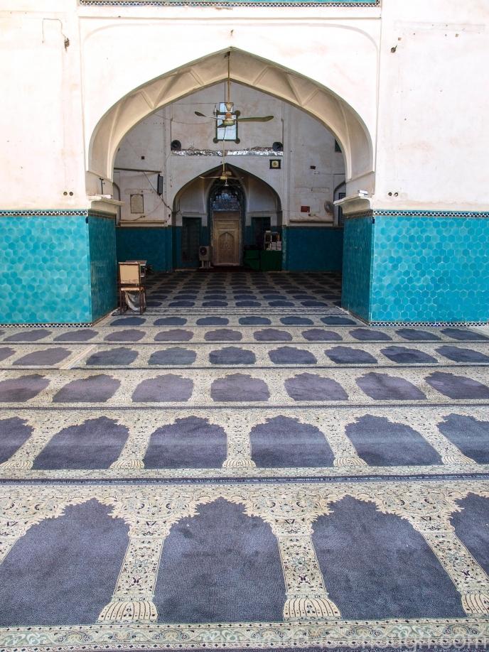 Пол мечети Амир Чакмак устлан коврами