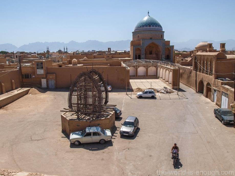 Площадь перед магазином ковров с видом на мечеть и мавзолей Сайеда Рокн-ад-Дина и нахль