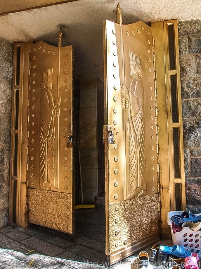 Вход в храм Пире-Сабз украшают массивныедвери