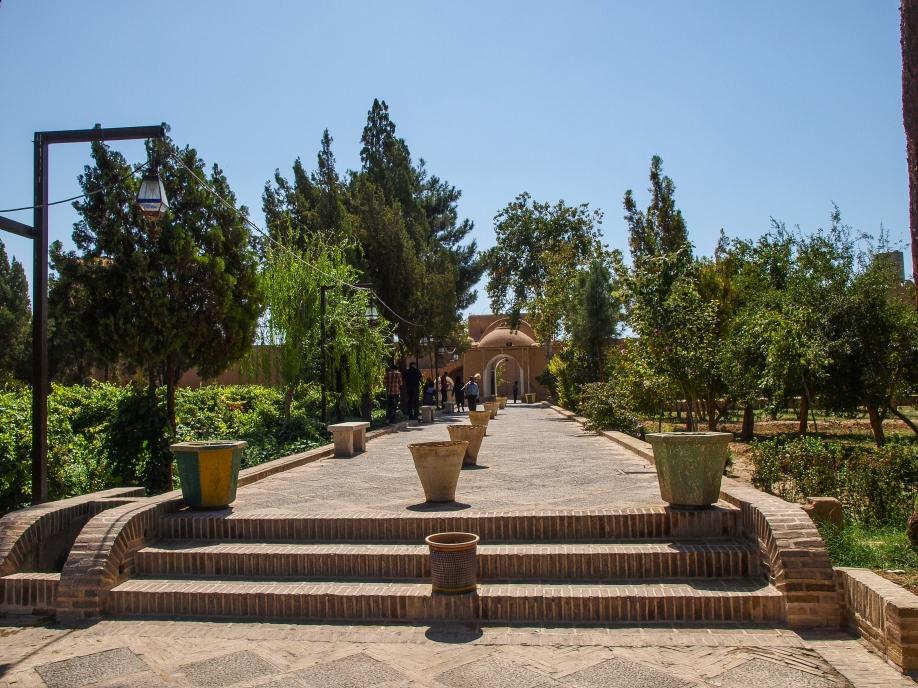 Аллея от входа в сад Доулат Абад