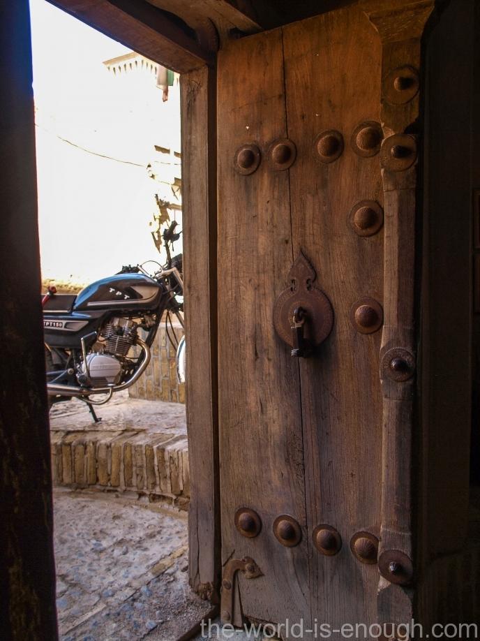 Древние массивные деревянные двери