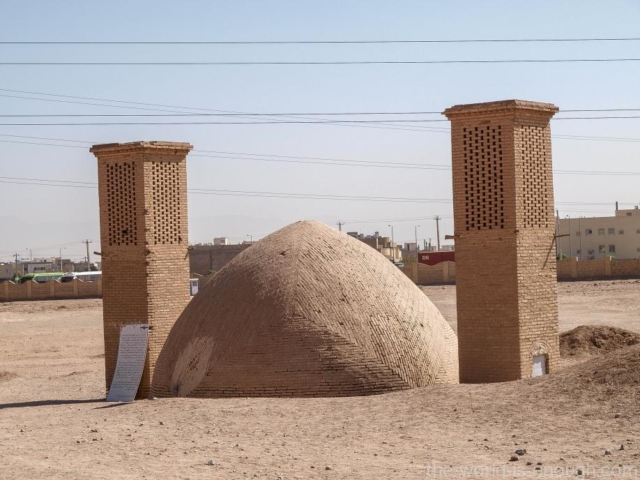 Иран, Йезд, Башни молчания, Колодец с бадгирами для охлаждения воды