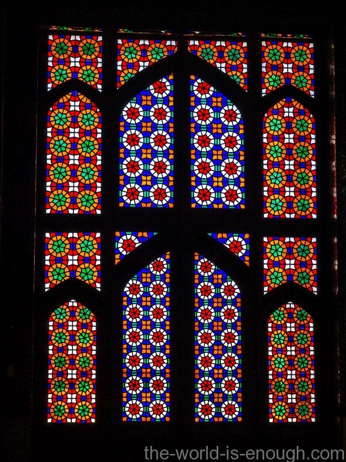 Незатейливый узор витража мечети Мохаммади, Йезд