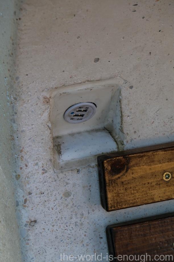 USB розетка в стенке скамейки