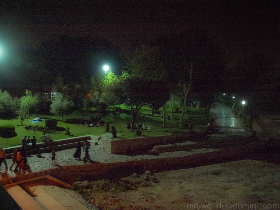 Исфахан. Набережная Заянде ночью