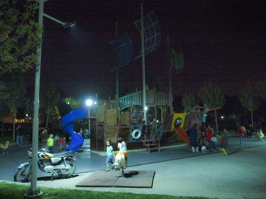 Исфахан, детская площадка ближе к полуночи