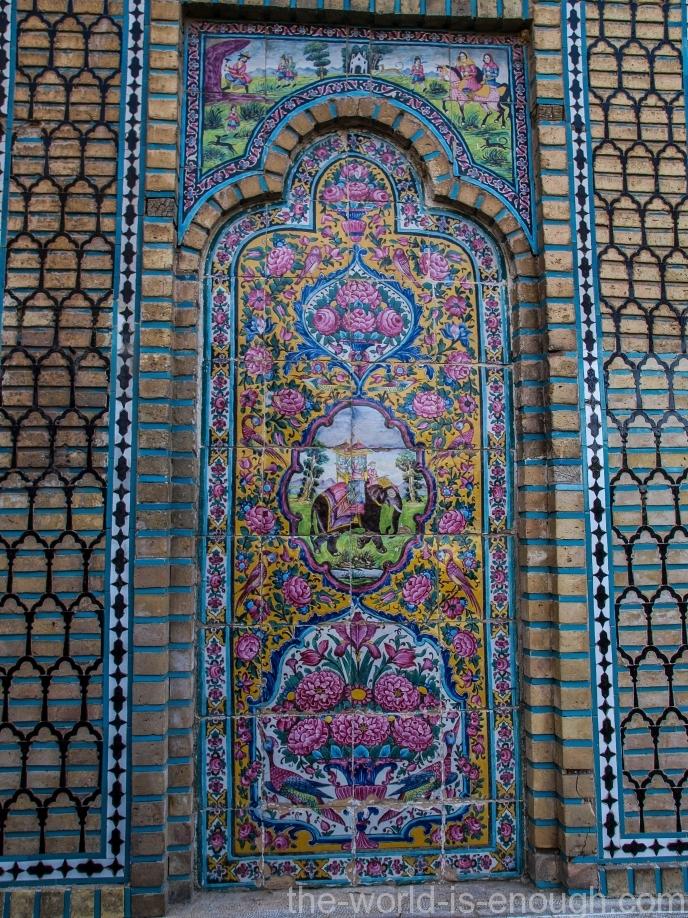 Изразцы на входе в сад Нареджестан
