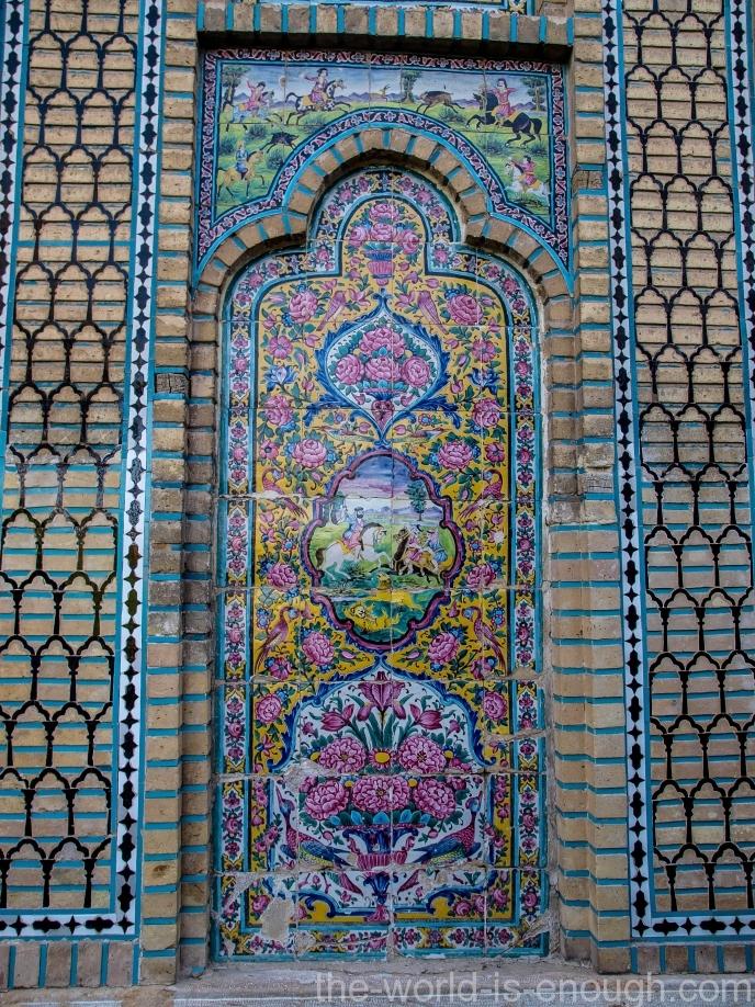 Еще изразцы на входе в сад Нареджестан