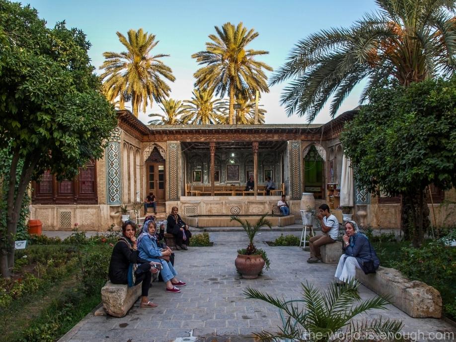Вид на вход во двор Зинат оль-Мольк