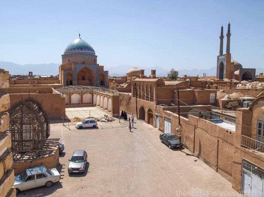 Справа - портал ворот Пятничной мечети, Йезд