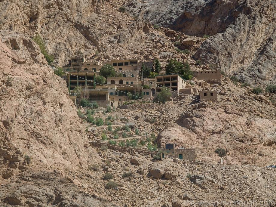 Лестница и гостевые дома для паломников рядом с храмом огня Чак-Чак