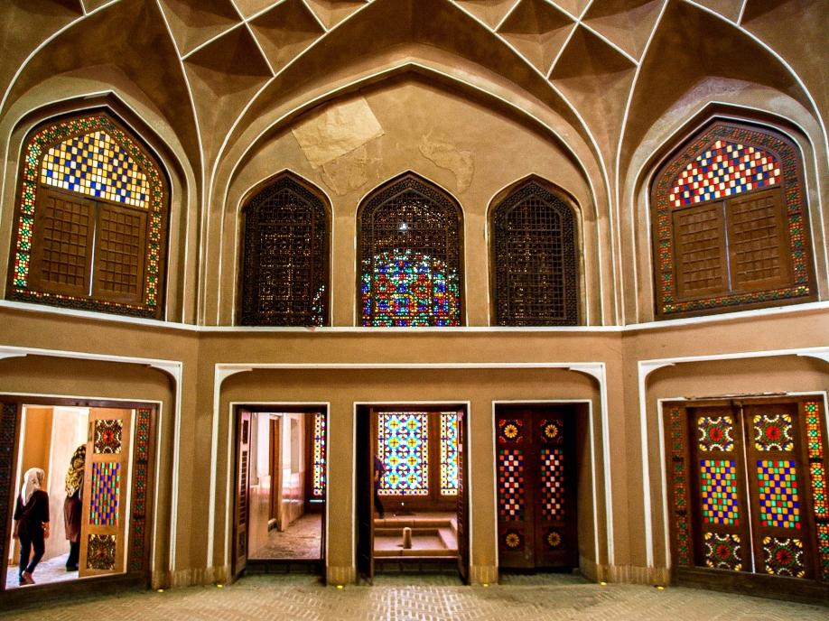 Внутри дворец Доулат Абад другой - легкий и изящный