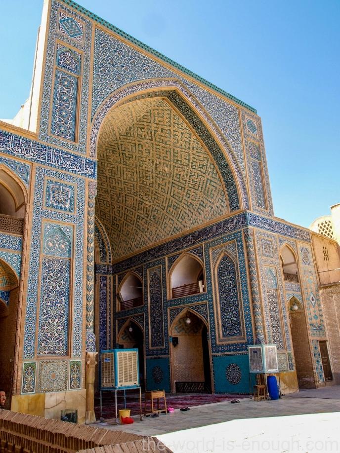 Двор Пятничной мечети ЙЕЗДА выглядит по-домашнему