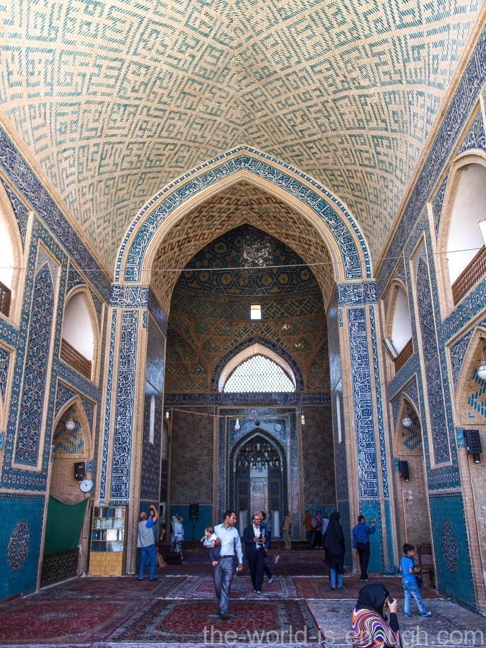 В мечети Джаме Йезда много туристов, преимущественно иранцев