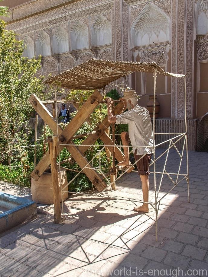 Мастер - muqannī, Музей воды, Йезд, Иран